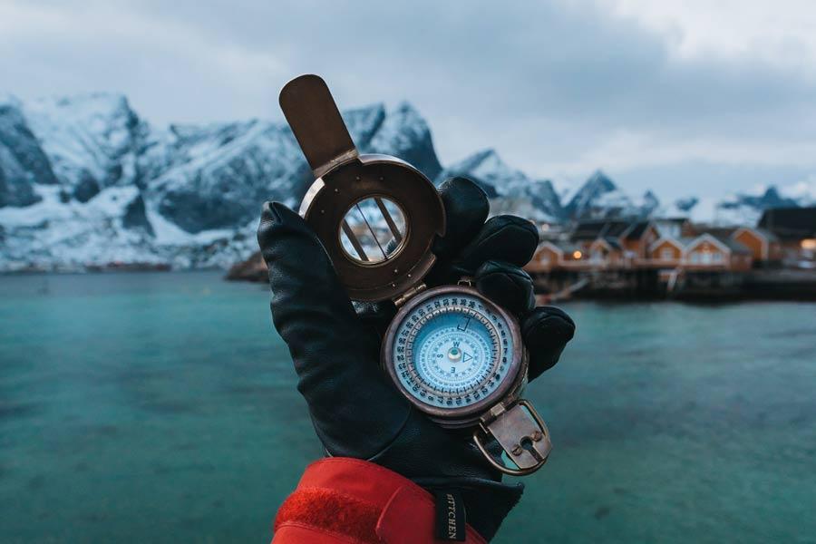 En hand med en kompass