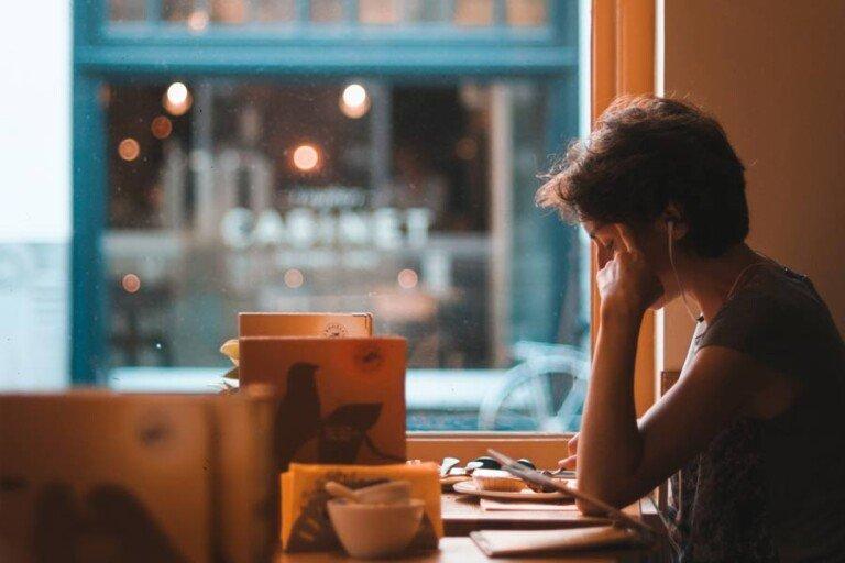 En kvinna som koncentrerar sig i arbetet